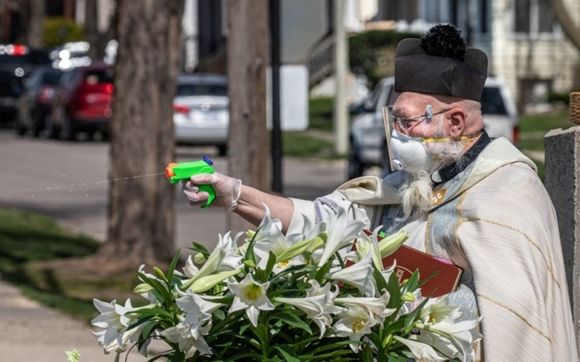 A priest in the United States blesses the congregation with a water gun and became the star of social networks