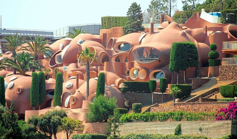Absurd Palace of Bubbles, fascinated with Pierre Cardin