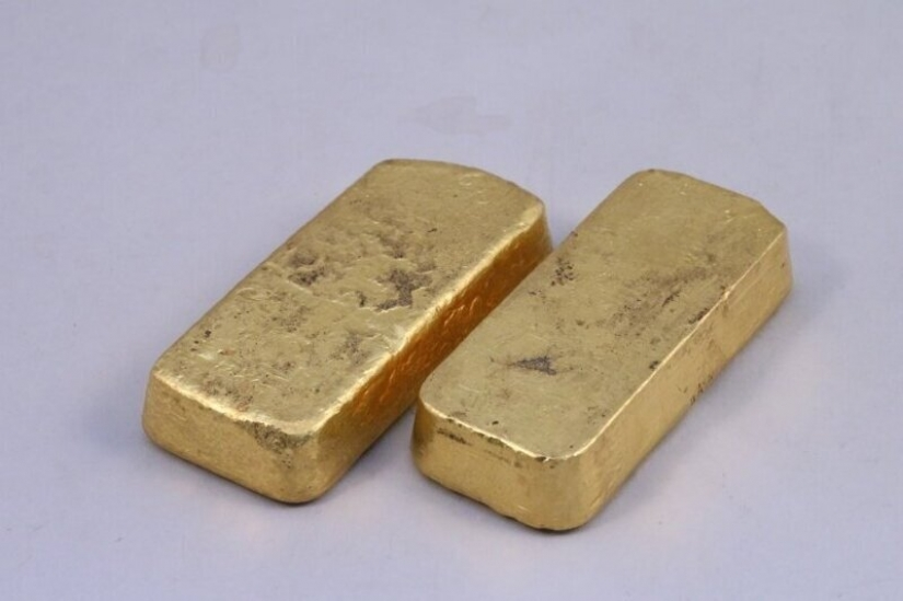 Children from a rich family in France found quarantined the gold bars in grandma's closet