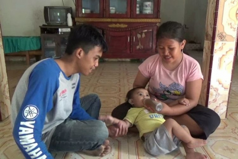 Coffee-lover from the cradle: in Indonesia, a mother gives a baby a year old coffee instead of milk