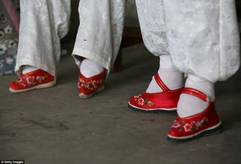 En El Pueblo De Los Pies Vendados El último De Los Chinos Que Viven Las Mujeres Que Sufren De La Antigua Tradición Brutal Pictolic