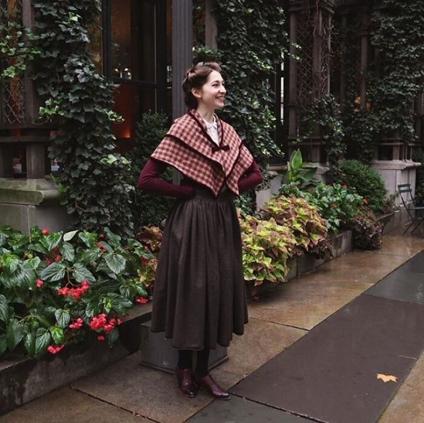 Fashion time travel: a girl in historic outfits was fascinated by the Network