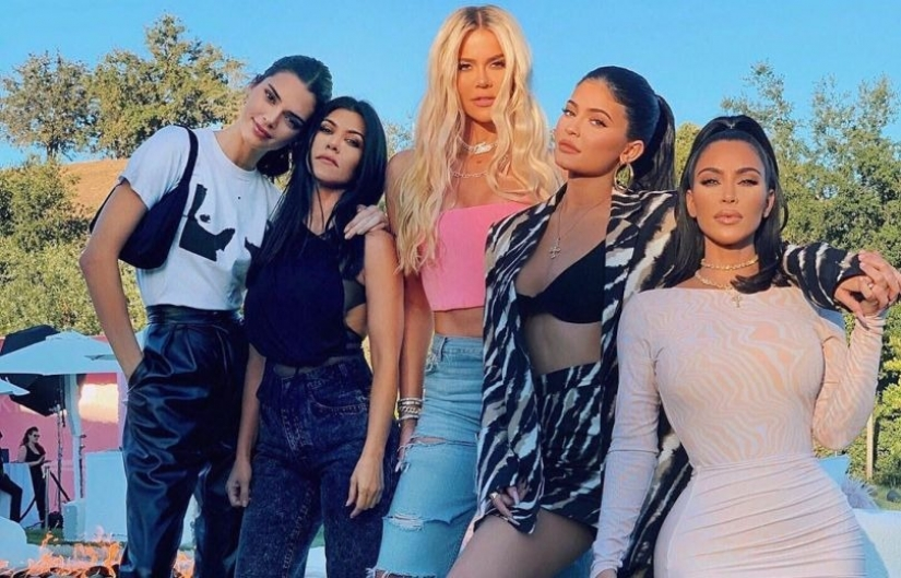 Have you noticed? The most striking defects in the pictures of the Kardashian sisters