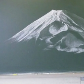 Japanese students create incredible beauty of the drawings on the school boards