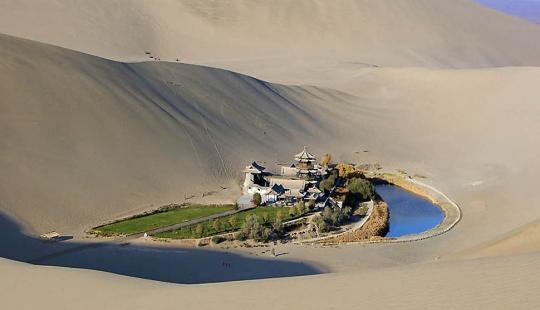 Lake-Crescent — Chinese-oasis in the desert