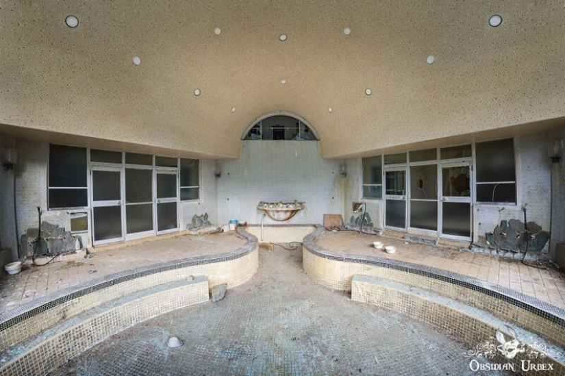 Looks like an abandoned Japanese resort and Spa
