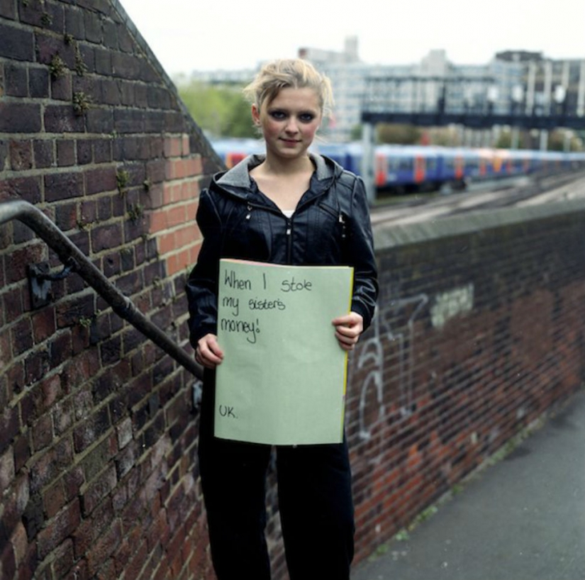 The photographer asked strangers about their biggest regrets and took a picture of the answer
