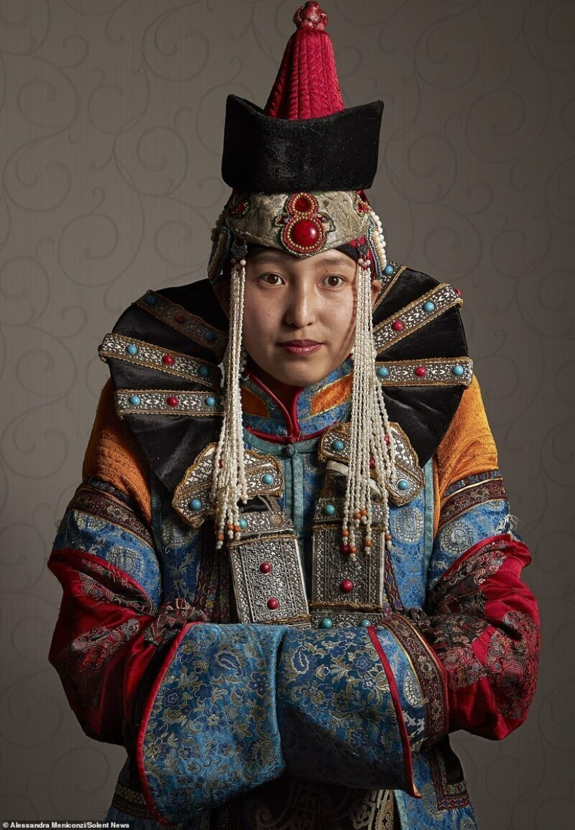 Traditional clothes Mongols: sudden wealth