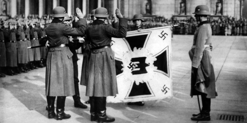 Why the victory parade of 1945 to the mausoleum threw the Kaiser's flags
